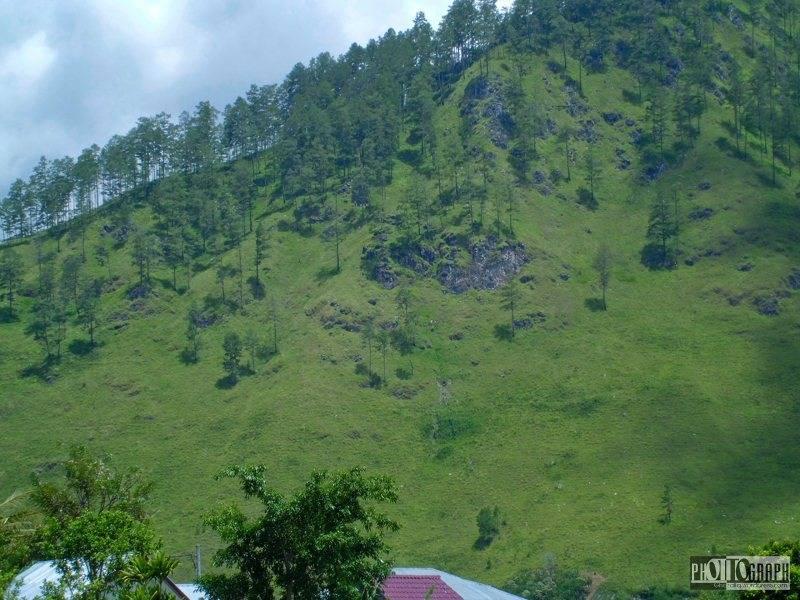 3. bukit sekitar danau