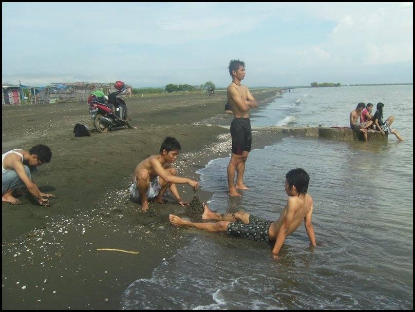 main pasir dan main air, itulah asyiknya di pantai :D